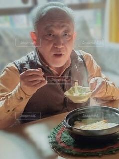 アツアツの鍋焼きうどんの写真・画像素材[4197475]