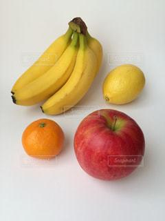リンゴとバナナとレモンとミカンの写真・画像素材[914403]