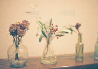テーブルの上の花の花瓶の写真・画像素材[934500]