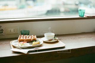 テーブルの上に座って食品のプレートの写真・画像素材[1659511]