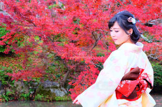 赤いシャツの女性の写真・画像素材[892361]