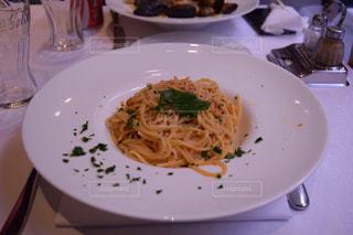テーブルの上に食べ物のプレートの写真・画像素材[876554]