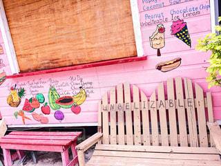 ピンクの可愛い壁と椅子♡の写真・画像素材[884343]