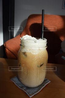 テーブルの上のコーヒー カップ - No.952294