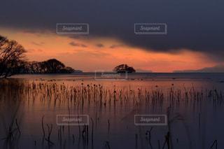水の体に沈む夕日の写真・画像素材[968908]