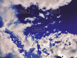 青い空に雲の写真・画像素材[885603]
