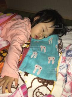 赤ちゃんのベッドの上で横になっています。の写真・画像素材[878849]