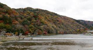 背景の山と水体の写真・画像素材[879120]