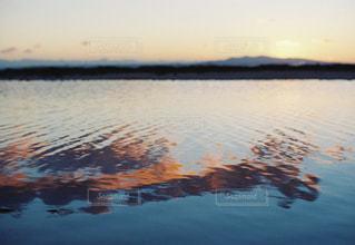 水面に映る夕焼けの写真・画像素材[958958]