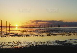 ビーチに沈む夕日の写真・画像素材[958962]