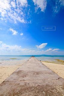 海の横にある砂浜のビーチの写真・画像素材[1030153]