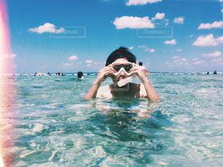 水中で泳いでいる人の写真・画像素材[896783]