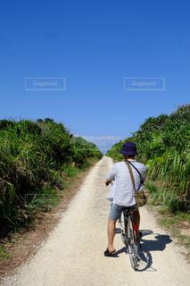 未舗装の道路を自転車に乗る男 - No.896789