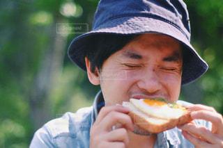 ホットドッグを食べる少年の写真・画像素材[1017702]