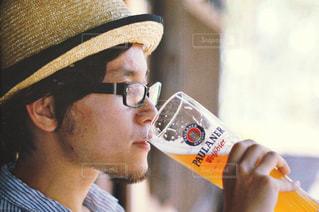 ガラスから飲む男性の写真・画像素材[1017712]
