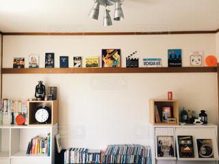 部屋の家具や本の棚でいっぱいの写真・画像素材[1018439]