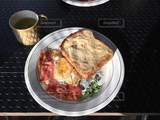 テーブルの上に食べ物のプレートの写真・画像素材[1158935]