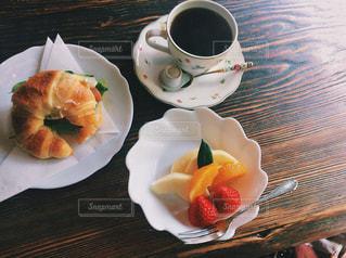 食品とコーヒーのカップのプレートの写真・画像素材[1158941]