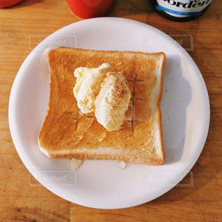 皿の上のパンの部分の写真・画像素材[1158950]