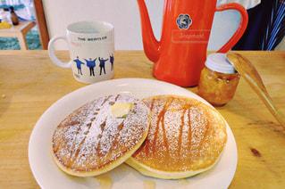 食品やコーヒー テーブルの上のカップのプレート - No.1158951
