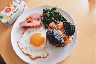 テーブルの上に食べ物のプレートの写真・画像素材[1158953]