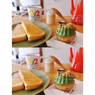 テーブルの上に食べ物のトレイ - No.1158954