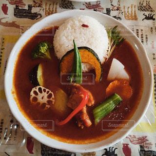板の上に食べ物のボウルの写真・画像素材[1197284]