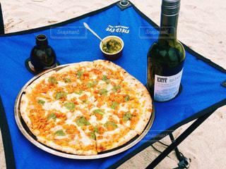 テーブルの上に座ってピザ - No.1211223