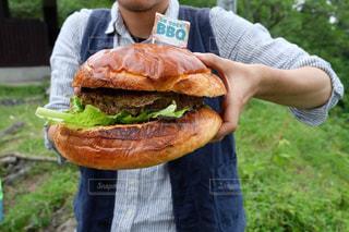 近くにサンドイッチを持っている人のの写真・画像素材[1211227]