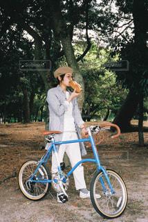 自転車の横に立っている人の写真・画像素材[1232972]