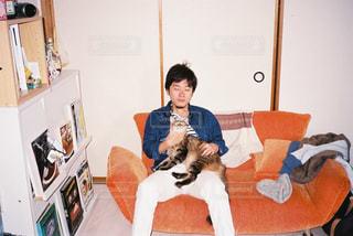 犬を持っている人の写真・画像素材[1232973]