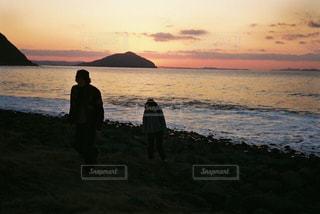 砂浜の上に立って人々 のカップル - No.1232980
