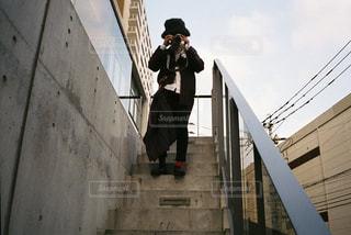 橋の上に立っている人の写真・画像素材[1232986]
