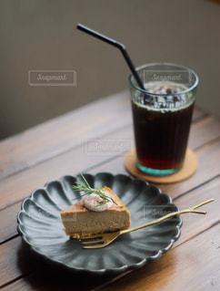 木製のテーブルの上に座っているケーキの写真・画像素材[2917430]