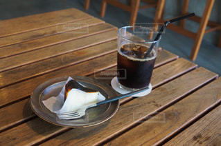 木製のテーブルの上に座っているワインのグラスの写真・画像素材[2917429]