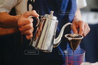 コーヒーを飲む人の写真・画像素材[2917424]