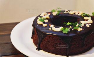 皿の上にチョコレートケーキを一枚置くの写真・画像素材[2928513]
