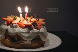 ろうそくに火をつけたケーキの写真・画像素材[2928511]