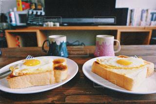 食べ物の皿をテーブルの上に置くの写真・画像素材[2928559]