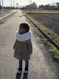 歩道上に立って小さな男の子 - No.880281