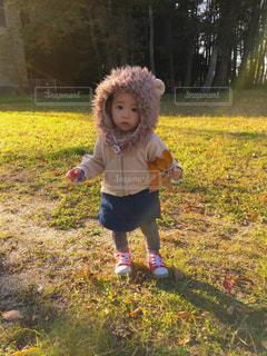 草の中に立っている小さな男の子 - No.890876