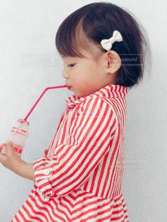 白いシャツを着て少女 - No.1170581