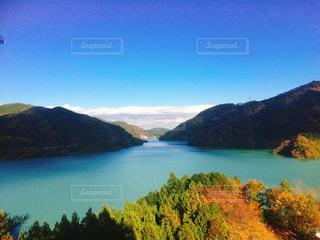 秋色の山と湖の写真・画像素材[881275]