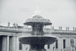 建物の前に噴水の写真・画像素材[1200152]