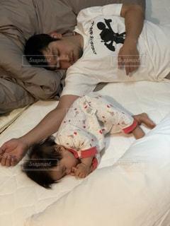 赤ちゃんのベッドの上で横になっています。の写真・画像素材[953572]