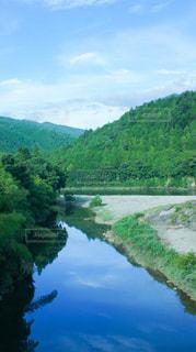 背景の山と水体の写真・画像素材[1395549]