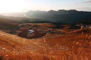 背景の大きな山の写真・画像素材[881908]