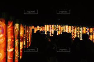 夜の店の前の写真・画像素材[908895]