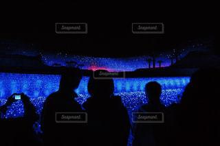 暗い部屋でテレビを見ている人々 のグループの写真・画像素材[914311]