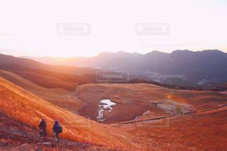 山の前に立っている男の写真・画像素材[917205]